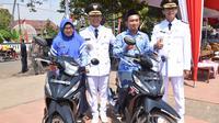 Senyum bahagia guru honorer penjual kopi di pelosok dapat hadiah motor dari Bupati Batang (Liputan6.com/Fajar Eko Nugtoho)