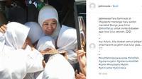 Gubernur Jawa Timur Khofifah Indar Parawansa memeluk santriwati yang minta didoakan agar lulus ujian nasional. (Liputan6.com/IG Jatimnesia)