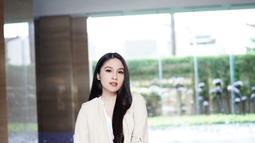 Sandra Dewi mengungkapkan bahwa kehamilannya kali ini berbeda dengan yang pertama. Pasalnya, Ia justru merasa tak percaya diri karena berat badannya yang terus naik. Karena itu, Sandra Dewi terkadang harus didampingi asisten yang bisa menemaninya ke manapun ia pergi. (Liputan6.com/IG/@sandradewi88)