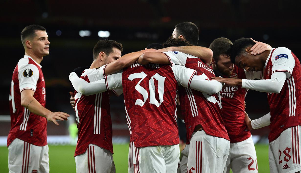 Pemain Arsenal merayakan gol yang dicetak Eddie Nketiah ke gawang Dundalk pada laga lanjutan Liga Europa 2020/2021 di Emirates Stadium, Jumat (30/10/2020) dini hari WIB. Arsenal menang 3-0 atas Dundalk. (AFP/Glyn Kirk)