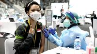 Pebulutangkis Indonesia, Gloria Emanuelle Widjaja, saat menjalani vaksinasi Covid-19 di Istora Senayan, Jakarta, Jumat (26/2/2021). (PBSI)