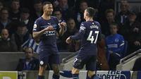 Tiga menit berselang Manchester City unggul 3-0. Phil Foden (kanan) kembali mencatatkan namanya di papan skor usai membelokkan tendangan Gabriel Jesus hingga bersarang di pojok kanan gawang Robert Sanchez. (PA via AP/Gareth Fuller)