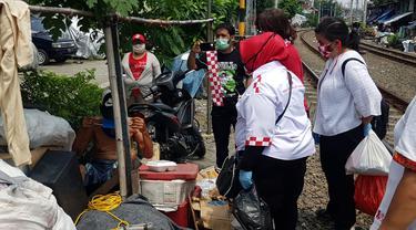 Relawan Solmet membagikan bantuan sembako untuk terdampak corona.