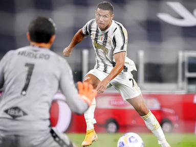 Pemain Juventus Cristiano Ronaldo mencetak gol ke gawang Sampdoria pada pertandingan Serie A di Stadion Allianz, Turin, Italia, Minggu (20/9/2020). Juventus menaklukkan Sampdoria dengan skor 3-0.  (Marco Alpozzi/LaPresse via AP)
