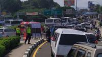 Antrean kendaraan sempat mengular sepanjang 10 kilometer di Tol Jagorawi yang mengarah ke kawasan Puncak, Bogor, Jawa Barat, Sabtu (6/7/2019). (Achmad Sudarno)