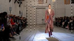 Seorang model mempersembahkan kreasi desainer Lithuania Akvile Jancauskaitepada festival mode Fashion Infection di Vilnius, Lithuania, Jumat (16/10/2020). Fashion Infection merupakan festival mode tahunan paling terkemuka di Lithuania. (AP Photo/Mindaugas Kulbis)