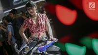 SPG berpose di samping motor yang dipamerkan di IIMS 2019 di JIExpo Kemayoran, Jakarta, Kamis (25/4). Sama seperti pameran automotif internasional lainnya, ajang IIMS 2018 ini sejumlah perusahaan otomotif menggunakan jasa SPG guna menarik perhatian pengujung. (Liputan6.com/Faizal Fanani)