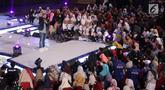 Indiepreneur Panjdi Pragiwaksono berinteraksi dengan peserta Emtek Goes To Campus 2018 di Universitas Negeri Semarang (UNNES), Semarang, Kamis (19/7). Panjdi Pragiwaksono membagi ilmu dan pengalamannya di EGTC 2018. (Liputan6.com/Herman Zakharia)