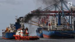 Kapal pandu atau tunda menarik kapal besar setelah mendapatkan order dari aplikasi MOS di Pelabuhan Tanjung Priok, Jakarta (12/2). Aplikasi MOS berhasil menekan biaya dan waktu operasional menjadi lebih cepat hemat dan mudah. (Liputan6.com/Johan Tallo)