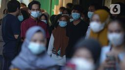 Para pedagang pasar inpres Pasar Minggu pasca kebakaran blok C di Jakarta, Selasa (13/4/2021). Pihak management pasar saat ini masih berkoordinasi untuk melakukan relokasi pedagang pasar yang terdampak musibah tersebut. (merdeka.com/Imam Buhori)