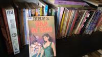 Koleksi novel pop berthema cinta tahun 70-90 an ini menjadi jala penjaring penikmat buku untuk bernostalgia. (foto: Liputan6.com / ajang nurdin)