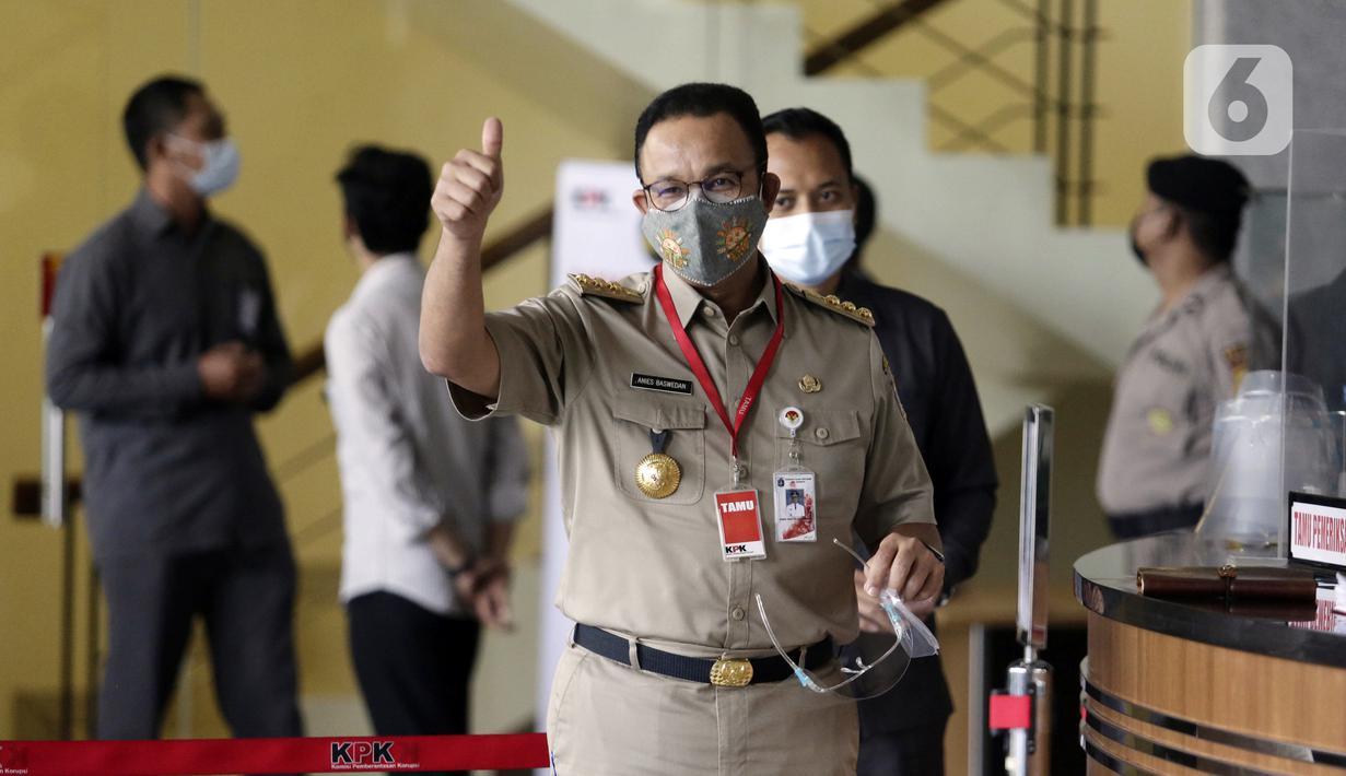 Gubernur DKI Jakarta Anies Baswedan mengacungkan jempol saat tiba di Gedung Komisi Pemberantasan Korupsi (KPK), Jakarta, Selasa (21/9/2021). Anies akan menjalani pemeriksaan dalam kasus dugaan korupsi pengadaan lahan di Munjul pada tahun 2019. (Liputan6.com/Angga Yuniar)
