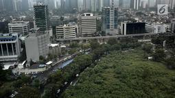 Pemandangan gedung-gedung bertingkat di Jakarta, Rabu (25/4). Luas Ruang Terbuka Hijau (RTH) Ibu Kota baru mencapai 9,98 persen dari target 30 persen total luas wilayah DKI Jakarta. (Liputan6.com/Faizal Fanani)