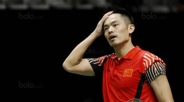 Tunggal putera Cina, Lin Dan, tampak kecewa usai disingkirkan wakil Thailand, Kantaphon Wangcharoen, pada laga Indonesia Masters 2018 di Istora Senayan, Rabu (24/1/2018). Lin Dan takluk 21-15 21-19. (Bola.com/M Iqbal Ichsan)