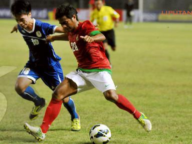 Ilham Udin Armaiyn (tengah) berusaha menembus pertahanan Filipina yang bermain bertahan (Liputan6.com/ Helmi Fithriansyah)