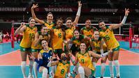 Para pemain Brasil merayakan kemenangan atas Kenya pada penyisihan Grup A cabang bola voli Olimpiade Tokyo 2020 di Ariake Arena, Tokyo, Jepang, Senin, 2 Agustus 2021. (Luis ROBAYO / AFP)