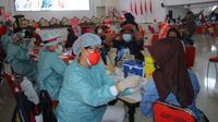 Proses vaksinasi melalui program Vaksin Merdeka Samrat yang dilaksanakan Polda Sulut di kampus Unsrat Manado.