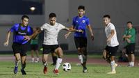 Pemain Timnas Indonesia, Osvaldo Haay (kedua kiri) berebut bola dengan Rachmat Irianto, saat latihan di Stadion Madya, Jakarta, Selasa (11/5/2021). Latihan tersebut untuk persiapan jelang Kualifikasi Piala Dunia 2022 Zona Asia. (Foto: Bola.com/M Iqbal Ichsan)