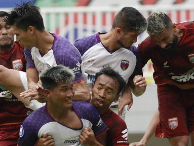Persita Tangerang yang bermain dengan 10 pemain sejak menit ke-43 dan sempat tertinggal dua gol berhasil comeback untuk memaksakan hasil imbang 2-2 melawan Borneo FC dalam laga pekan ke-6 BRI Liga 1 2021/2022 di Stadion Pakansari, Bogor, Sabtu (2/10/2021). (Bola.com/M Iqbal Ichsan)