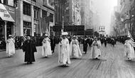 Parade lebih dari 25.000 wanita di New York City pada 23 Oktober 1915, menuntut hak pilih dalam pemilu AS (AP)