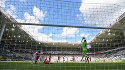 Kiper Bayer Leverkusen, Lukas Hradecky, menangkap bola saat pertandingan melawan Borussia Moenchengladbach pada laga Bundesliga, Minggu (24/5/2020). Bayer Leverkusen menang 3-1 atas Borussia Moenchengladbach. (AFP/Ina Fassbender)