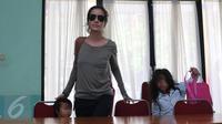Sheila Marcia bersama putri pertama dan ketiganya mendatangi Komnas  Anak, Jakarta, Selasa (5/4). Kedatangan Sheila untuk meminta perlindungan agar ketiga anaknya tak menjadi korban dari kericuhan rumah tangga. (Liputan6.com/Herman Zakharia)