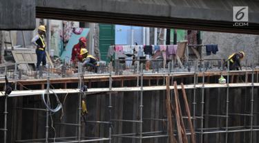 Aktivitas pekerja menyelesaikan pembangunan Tol Becakayu seksi 1a rute Casablanca-Cipinang Melayu, Jakarta, Rabu (10/4). Pembangunan Tol Becakayu seksi 1a rute Casablanca-Cipinang Melayu yang memiliki panjang jalur 3,5 kilometer tersebut terus dikebut. (merdeka.com/Iqbal S. Nugroho)