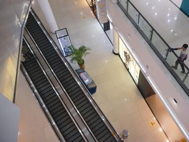 Pekerja membersihkan kaca salah satu mal yang sepi di kawasan Karawaci, Tangerang, Banten, Selasa (17/03/2020). Meluasnya wabah virus corona atau Covid-19, membuat sejumlah pusat perbelanjaan atau mal di wilayah Jabotabek  sepi pengunjung. (merdeka.com/Arie Basuki)