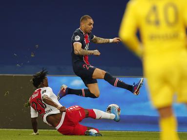 Bek AS Monaco, Axel Disasi berebut bola dengan bek Paris Saint-Germain (PSG), Layvin Kurzawa pada laga pekan ke-26 Liga Prancis di Parc des Princes, Senin (22/2/2021) dini hari WIB. PSG menelan kekalahan di kandangnya sendiri dengan skor 0-2 atas Monaco. (AP Photo/Francois Mori)
