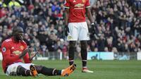 Striker Manchester United Romelu Lukaku (kiri) tetap jadi teror buat Liverpool (AFP Photo/Glyn Kirk)