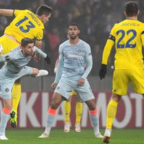 Nikalai Signevic berduel dengan gelandang Chelsea, Jorginho di laga lanjutan Grup L Liga Europa 2018/19 yang berlangsung di Stadion Borisov Arena (9/11). Chelsea menang 1-0 (AFP/Kirill Kudrayavsev)