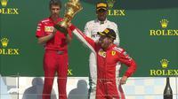Pembalap Ferrari, Sebastian Vettel (depan), menjuarai balapan F1 GP Inggris, di Sirkuit Silverstone, Minggu (8/7/2018). (Twitter/F1)