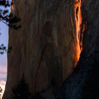 Fenomena 'air terjun api' yang pernah tertanggap kamera di Taman Nasional Yosemite, California. (Sangeeta Day)