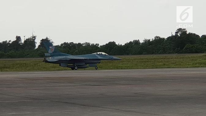Pesawat tempur TNI AU F 16 meski dianggap tua, namun masih bisa memaksa pesawat asing yang melintas wilayah udara Indonesia tanpa ijin. (foto: Liputan6.com/ajang nurdin)
