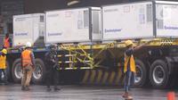 Sebuah truk mengangkut kontainer-kontainer berisi vaksin COVID-19 di Bandara Soekarno-Hatta, Tangerang, Kamis (31/12/2020). Setelah mendarat di Indonesia, 1,8 juta dosis vaksin Covid-19 produksi Sinovac akan langsung dikirim ke PT Bio Farma (Persero) di Bandung. (Liputan6.com/Angga Yuniar)