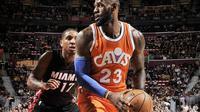 Bintang Cleveland Cavaliers, LeBron James (23), mencetak poin ke-27.315 sepanjang karier saat timnya mengalahkan Miami Heat, Jumat (9/12/2016). (NBA)
