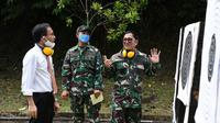 Danlantamal VIII Brigadir Jenderal TNI (Mar) Donar Philip Rompas berbincang-bincang dengan Kepala Kantor Perwakilan BI Sulut Arbonas Hutabarat.