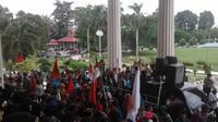 Warga Suku Anak Dalam di Jambi melakukan aksi demonstrasi di Kantor Gubernur Jambi menuntut penyelesaian masalah lahan. (Liputan6.com/B Santoso)