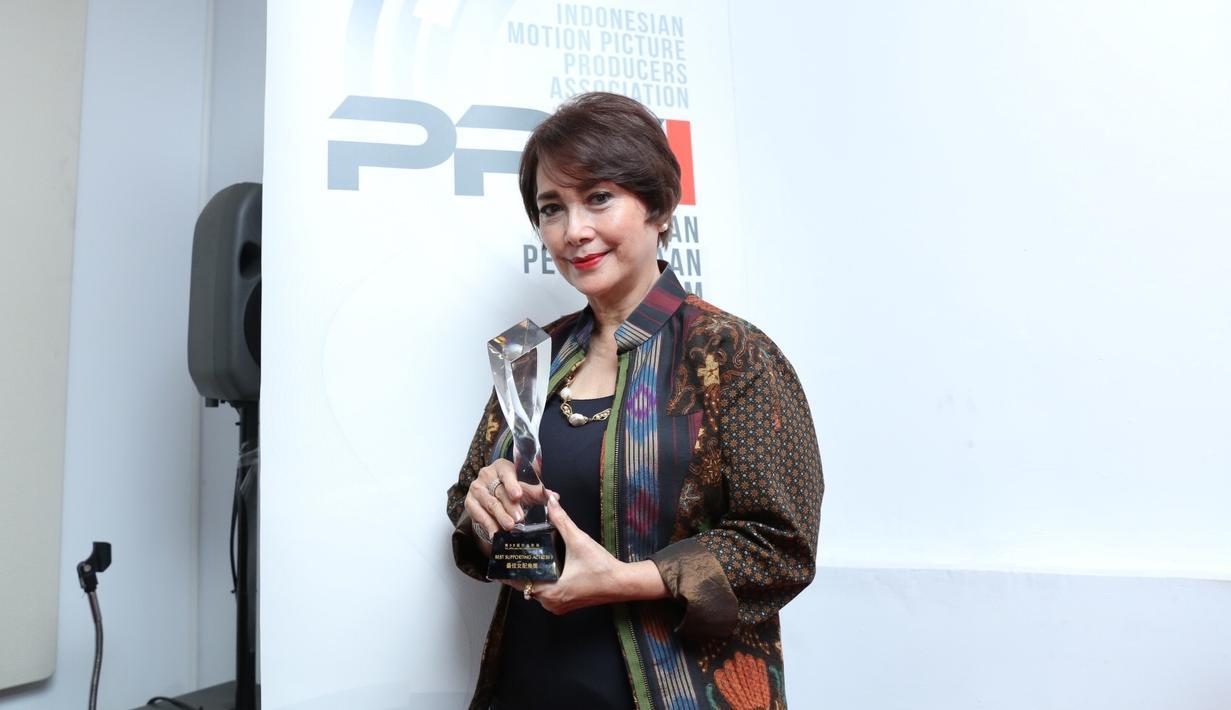 Widyawati Raih Penghargaan di Asia Pacific Film Festival (APFF) yang ke 59th. Serah terima penghargaan di Pusat Perfilman Haji Usmar Ismail, Kuningan, Jakarta Selatan, Kamis (16/1/2020). (Daniel Kampua/Fimela.com)