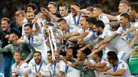 Pemain Real Madrid melakukan selebrasi usai menjadi juara Liga Champions 2018 di Stadion NSK Olimpiyskiy, Ukraina (26/5). Dengan kemenangan tersebut, Real Madrid berhasil menjadi juara Liga Champions tiga kali berturut-turut. (AP/Sergei Grits)