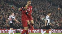 Pemain Liverpool, Virgil van Dijk bersama Fabinho merayakan kemenangan atas Newcastle pada laga Premier League di Stadion Anfield, Liverpool, Rabu (26/12). Liverpool menang 4-0 atas Newcastle. (AP/Jon Super)