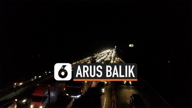 Kepadatan arus balik libur panjang dari arah Jawa Tengah menuju Jakarta terlihat di tol Cikampek sejak Minggu (1/11) malam. Untuk mengurai kemacetan diberlakukan contra flow dan pengetatan rest area.