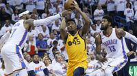Shooting guard Utah Jazz Donovan Mitchell (tengah) menerobos pertahanan Thunder saat berjumpa di gim kedua play-off NBA (AP)