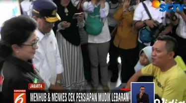 Menhub tak sendirian, Menteri Kesehatan Nila Moeloek juga ikut mendampingi memasuki areal Stasiun Gambir.