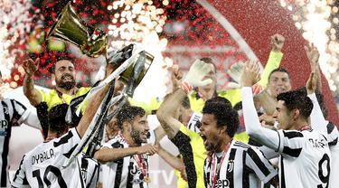 Para pemain Juventus mengangkat Piala merayakan gelar juara Coppa Italia 2020-2021 usai laga final melawan Atalanta di Stadion Mapei, Kamis (20/5/2021) dinihari WIB. Juventus semakin menegaskan diri sebagai raja Coppa Italia dengan koleksi 14 gelar juara. (AP Photo/Antonio Calanni)
