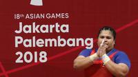 Lifter Indonesia, Nurul Akmal bersiap melakukan angkatan di kelas 75+ kilogram putri angkat besi Asian Games 2018 di JI Expo,Kemayoran, Senin (27/8). Nurul Akmal gagal meraih medali dengan total seberat 253 kilogram. (Lipujtan6.com/Helmi Fithriansyah)