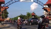 Permintaan pembangunan tanggul laut menyambut pengguna jalan saat memasuki Kabupaten Demak. (foto: Liputan6.com/edhie prayitno ige)