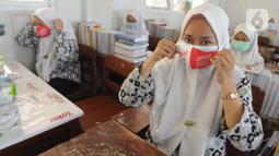 Para santri saat sosialisasi 3M (memakai masker, mencuci tangan dengan sabun, dan menjaga jarak) di Ponpes Daarul Rahman, Jakarta, Rabu (18/11/2020). Kegiatan ini untuk meningkatkan kesadaran generasi muda tentang pentingnya 3M dalam memutus mata rantai penyebaran covid-19. (merdeka.com/Arie Basuki)