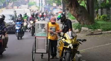 Biker Ninja H2 memberikan uang ke pedagang kecil