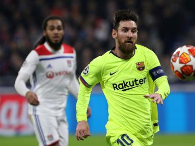 Penyerang Barcelona Lionel Messi mengejar bola saat menghadapi Lyon pada leg pertama babak 16 besar Liga Champions di Decines, Lyon, Prancis, Selasa (19/2). Laga berakhir 0-0. (AP Photo/Laurent Cipriani)